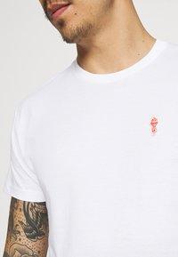 REVOLUTION - REGULAR - Basic T-shirt - white - 3