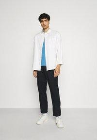 Ben Sherman - SIGNATURE POCKET TEE - Basic T-shirt - riviera blue - 1
