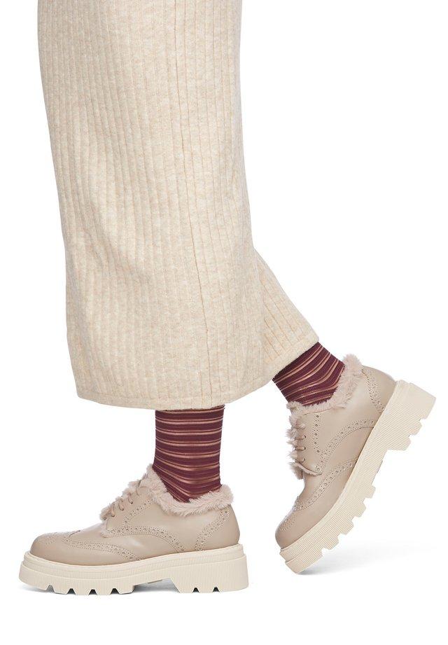 MIT VERZIERUNG KUNSTPELZ - Casual lace-ups - beige
