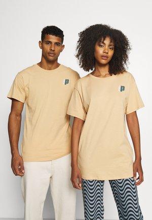 SMALL TEE UNISEX - Print T-shirt - beige