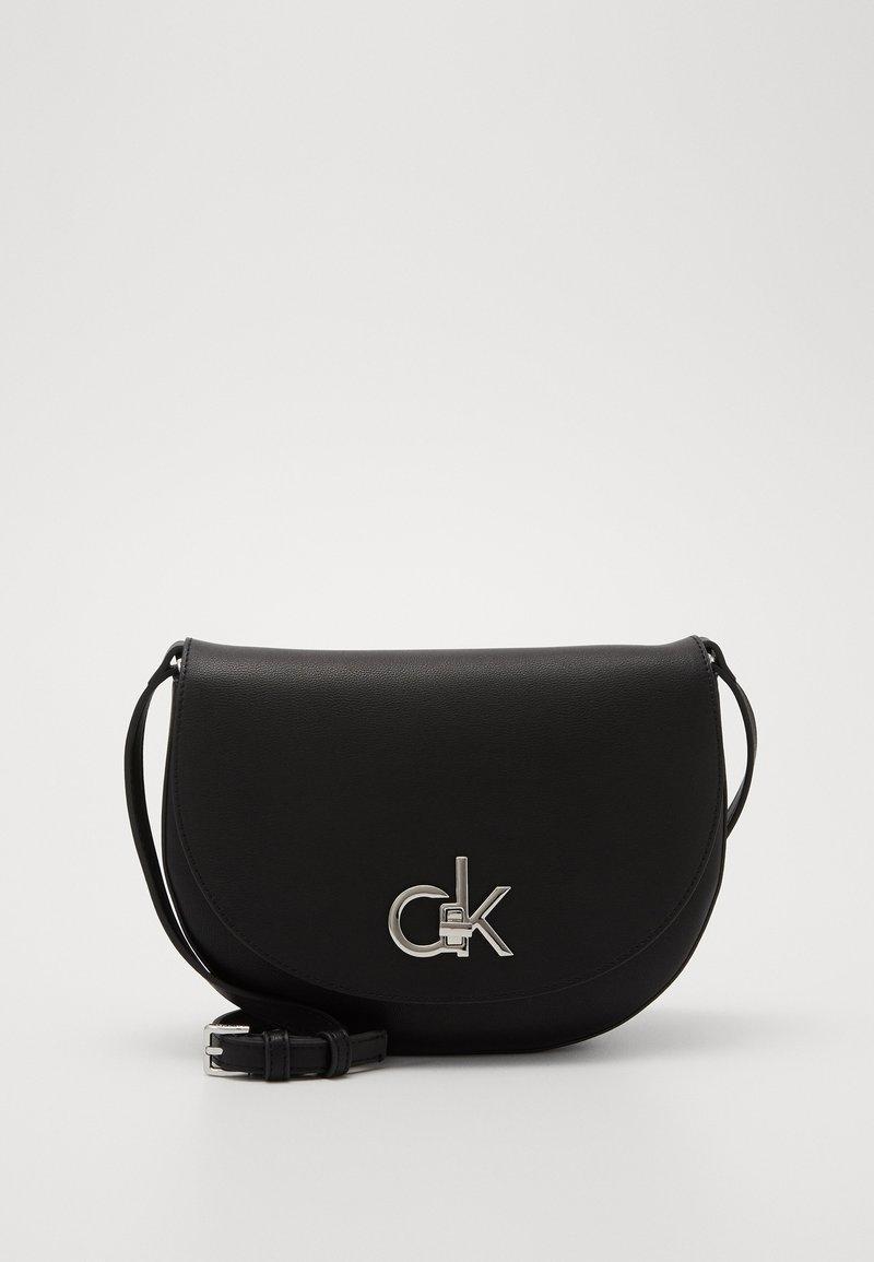 Calvin Klein - RE LOCK SADDLE BAG - Sac bandoulière - black