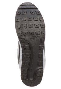 Nike Sportswear - MD RUNNER 2 BPV - Trainers - grey - 4