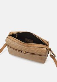 PARFOIS - CROSSBODY BAG BRAID - Across body bag - camel - 2