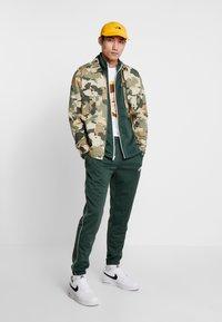 Nike Sportswear - SUIT BASIC - Tepláková souprava - galactic jade/white - 1