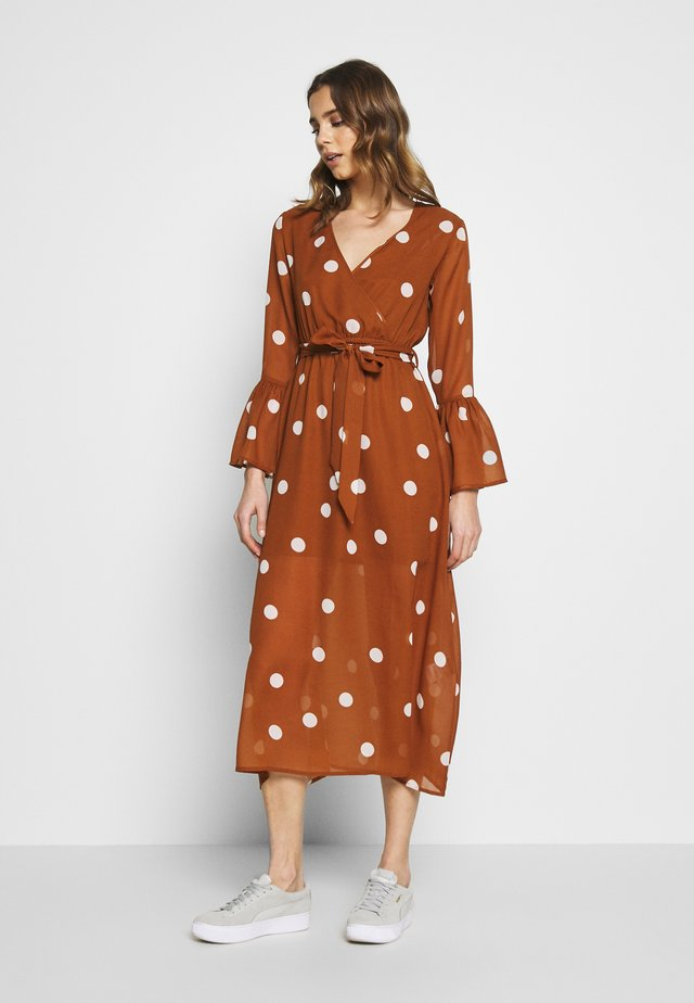 WRAP FRONT DRESS - Vapaa-ajan mekko - brown/white