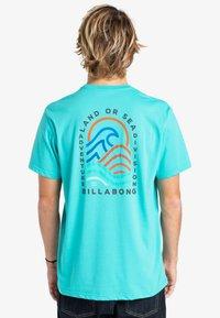 Billabong - ADVENTURE DIVISION  - Print T-shirt - dark mint - 1