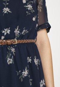 Vero Moda - VMFALLIE BELT DRESS - Denní šaty - navy blazer/newhallie - 7