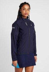 Lacoste Sport - HIGH PERFORMANCE JACKET 2 IN 1 - Outdoorová bunda - navy blue/white - 0