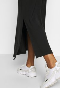 Vero Moda - VMAVA ANCLE SKIRT  - Maxi sukně - black - 3