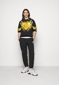 Versace Jeans Couture - HEAVY PANEL BAROQ - Sweatshirt - black - 1