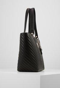 Guess - KAMRYN TOTE - Håndtasker - black - 4