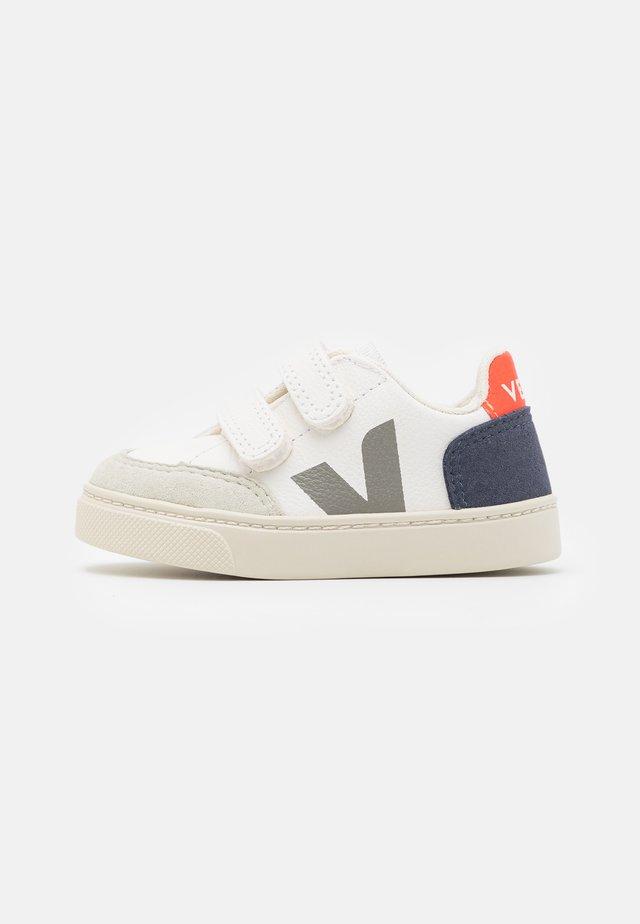 SMALL V-12  UNISEX - Sneakers laag - extra white/nautico