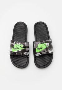 Nike Sportswear - BENASSI JDI PRINT UNISEX - Sandalias planas - black/green strike/black/white - 3