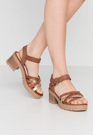 Sandály na platformě - oro