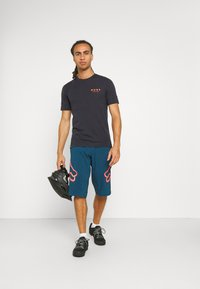 Fox Racing - DEFEND SHORT - kurze Sporthose - dark indo - 1