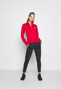 adidas Performance - TEAM SPORTS TRACKSUIT - Dres - scarle/legink - 0