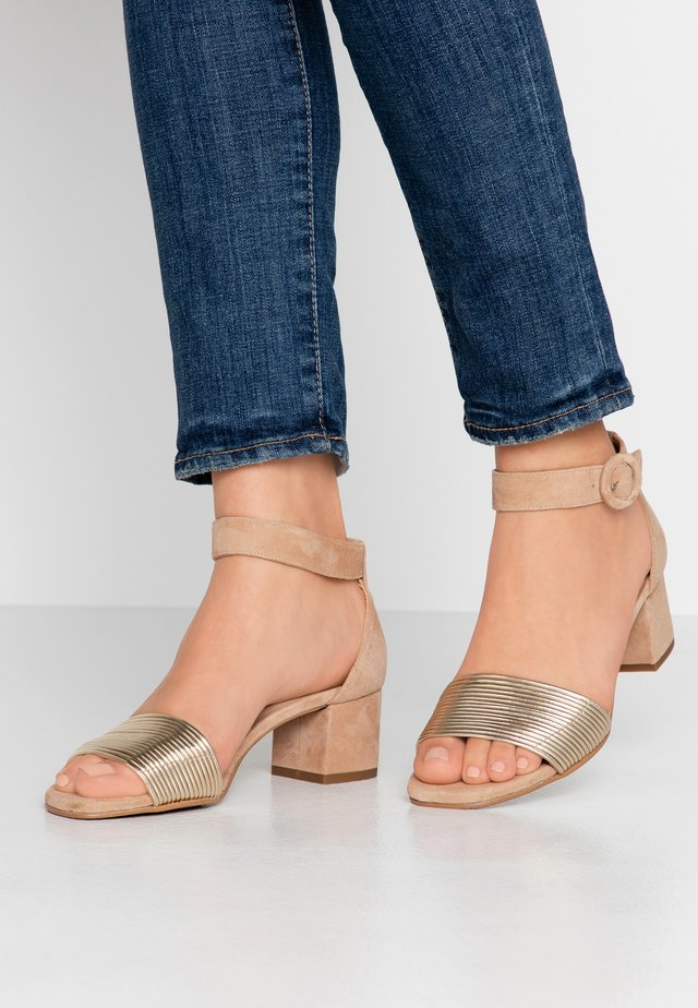 ERICA NEW - Sandaalit nilkkaremmillä - platino matte/sand/camel