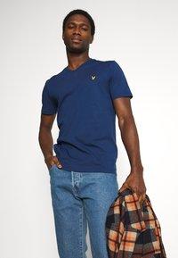 Lyle & Scott - V NECK - T-shirt - bas - indigo - 4