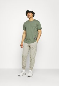 Calvin Klein Jeans - BADGE TURN UP SLEEVE - T-shirt basic - duck green - 1