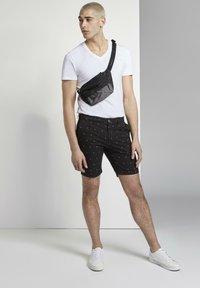 TOM TAILOR DENIM - TOM TAILOR DENIM HOSEN & CHINO GEMUSTERTE CHINO SHORTS - Shorts - black small leaves print - 1