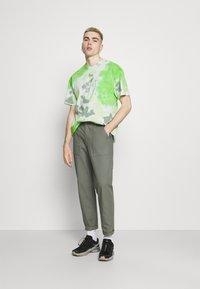 Nike Sportswear - TEE  - T-shirt med print - mean green/barely green - 1