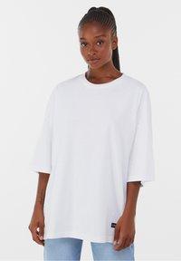 Bershka - OVERSIZED - T-shirt basique - white - 2