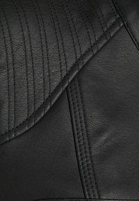 Vero Moda Tall - VMTEXAS SHORT COATED JACKET - Imitert skinnjakke - black - 2