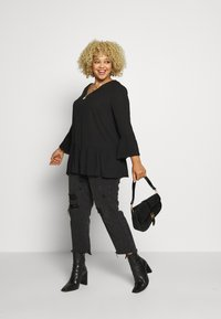 CAPSULE by Simply Be - V-NECK FRILL PLEAT BLOUSE - Blouse - black - 1