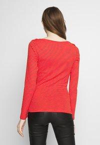 Vero Moda - VMGERI BOATNECK - Camiseta de manga larga - high risk red - 2