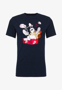 Nike Sportswear - SHOEBOX PHOTO TEE - Print T-shirt - obsidian - 0