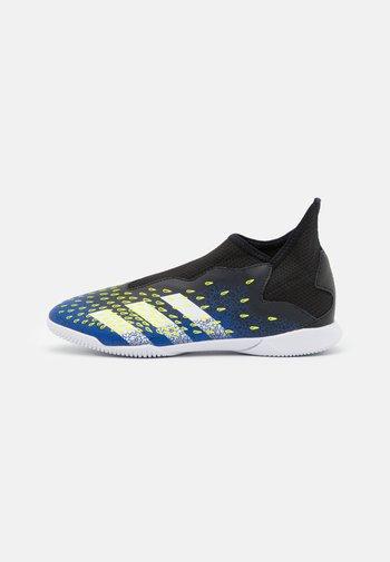 PREDATOR FREAK .3 LL IN UNISEX - Indoor football boots - core black/footwear white/solar yellow
