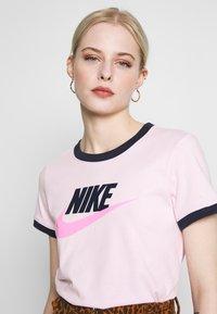 Nike Sportswear - TEE FUTURA RINGER - Printtipaita - pink foam/obsidian - 3