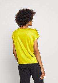 someday. - KUSANA - T-shirt basic - golden green - 2