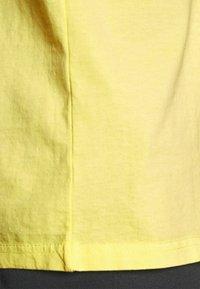 Karl Kani - SMALL SIGNATURE WASHED TEE UNISEX - T-shirt imprimé - light yellow - 4