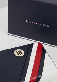 Tommy Hilfiger - CORE COMPACT WALLET - Wallet - blue - 2