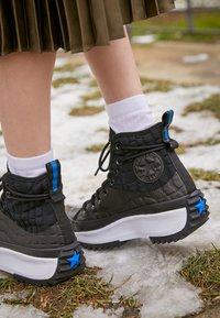 Converse - RUN STAR HIKE PLATFORM DIGITAL EXPLORER - Zapatillas altas - black/white - 2