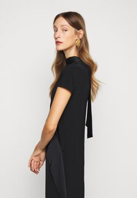Victoria Victoria Beckham - DIAMOND DRAPE DRESS - Koktejlové šaty/ šaty na párty - black - 4