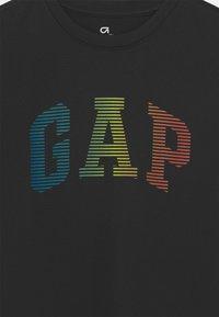GAP - BOY GRAPHICS - T-shirt z nadrukiem - true black - 2