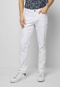 IZOD - Straight leg jeans - bright white - 0