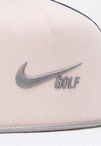 Nike Golf - AEROBILL TRUE RETRO UNISEX - Gorra - orange pearl/obsidian/dust - 5