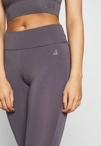 Curare Yogawear - RUFFLED LEGGINGS - Tights - greyberry - 4