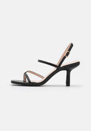 WIDE FIT SAWYER - Sandály s odděleným palcem - black