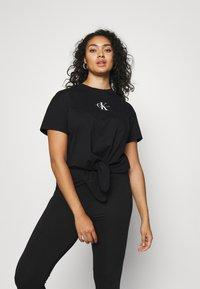 Calvin Klein Jeans Plus - PLUS KNOTTED TEE - Print T-shirt - black - 0