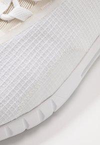 Under Armour - HOVR STRT NM1 - Neutrální běžecké boty - white/onyx white - 5