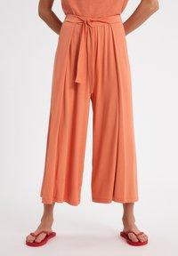 ARMEDANGELS - KAROLINAA - Trousers - burned mandarin - 0