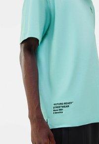 Bershka - OVERSIZED - Print T-shirt - turquoise - 3