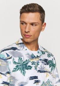 Tommy Hilfiger - HAWAIIAN PRINT - Shirt - white/pearl blue/multi - 3