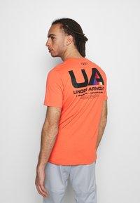 Under Armour - LOCKERTAG  - Camiseta estampada - red - 0