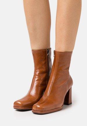 BARNABY - Kotníkové boty na platformě - caramel