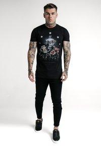 SIKSILK - RHINESTONE CHERUB TEE - Camiseta estampada - black - 0